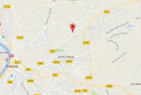 Le conducteur d'un fourgon funéraire décède dans une terrible collision à Pont-Evêque