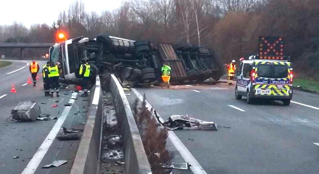 Sur l'A 46 ce dimanche matin: le conducteur s'endort, le camion se couche…
