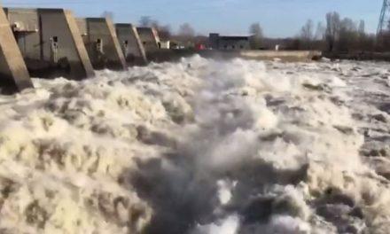 Vidéocrue du Rhône : l'impressionnant débit en aval du barrage de Reventin-Vaugris
