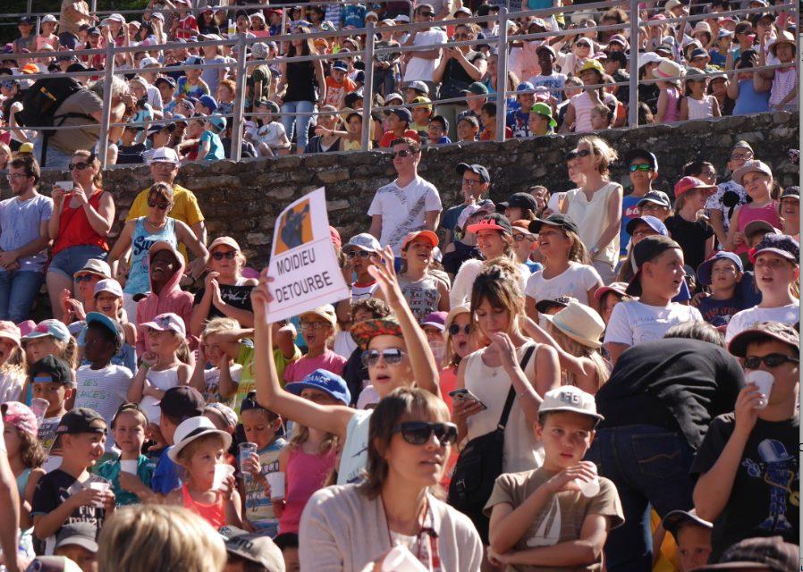Jazz à Vienne: 6 000 voix juvéniles  lancent le Festival en  chantant Disney à tue-tête