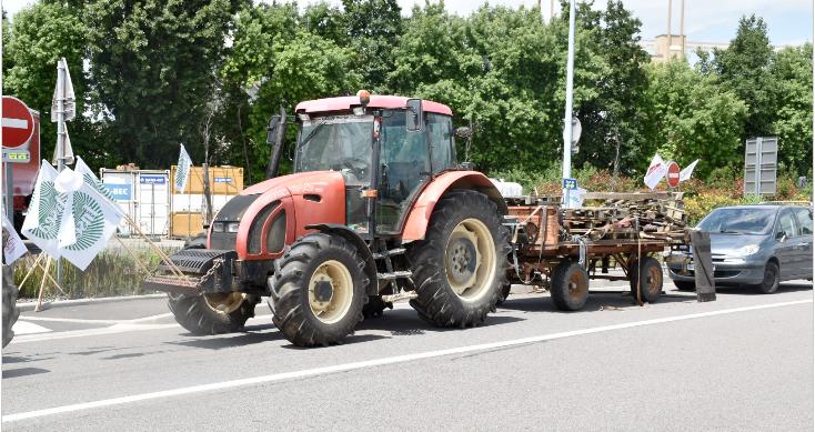 Feyzin: au 2ème jour de blocage, les agriculteurs tentent de couper aussi l'A7…