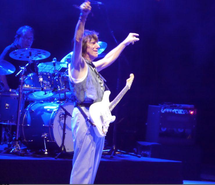Devant 5 000 festivaliers au théâtre antique: les étincelles du guitar hero Jeff Beck