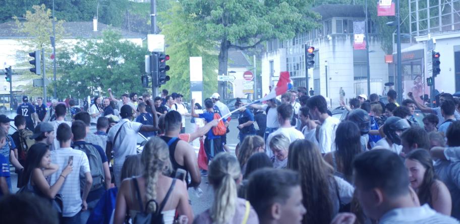 La France en demi-finale: scènes de liesse, cours Brillier