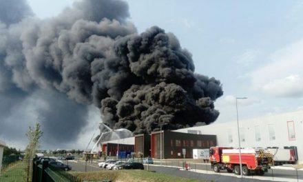 Visible à des dizaines de kilomètres à la ronde: spectaculaire incendie de pneus à Valence