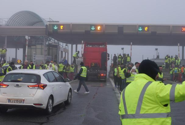 Plusieurs centaines degilets jaunes ce matin au péage de l'A7 à Reventin-Vaugris pour une opération «barrières levées»
