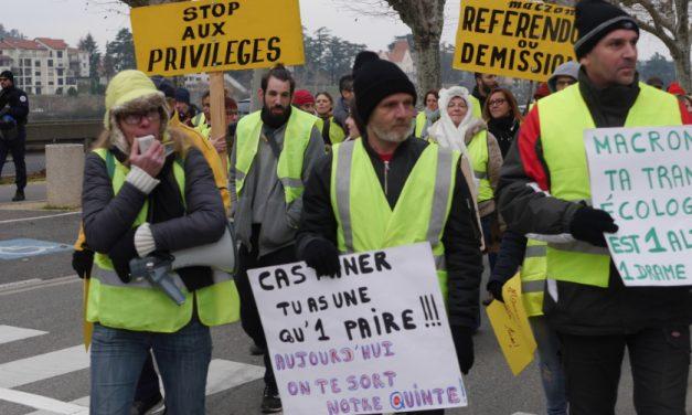 400gilets jaunes manifestent à nouveau à Vienne, cette fois pour un Référendum d'Initiative Citoyenne