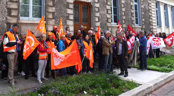 Journée de grève dans la fonction publique : rassemblement unitaire syndical devant la sous-préfecture de Vienne