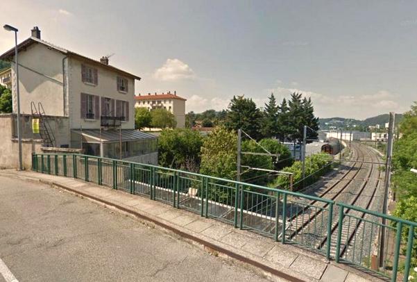 Trois blessés graves à Saint-Romain-en-Gal : la voiture tombe cette nuit sur les voies SNCF