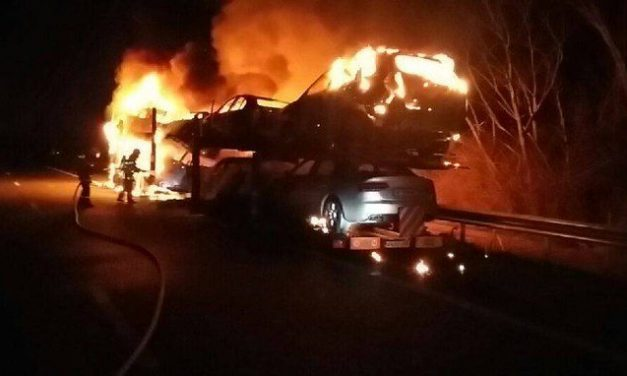 Spectaculaire : un poids-lourd transportant des voitures entièrement détruit par le feu près de Villefontaine sur l'A43