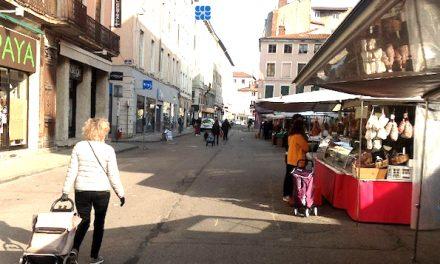Un  marché du samedi matin à Vienne à l'atmosphère très particulière