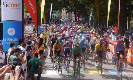 Le public (masqué) au rendez-vous du Critérium du Dauphiné, à Vienne, pour applaudir les 156 coureurs