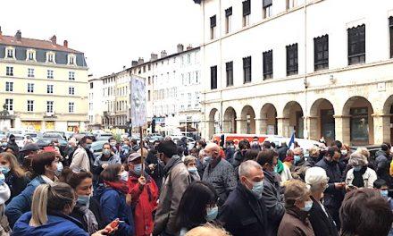 Hommage à Samuel Paty devant l'hôtel-de-ville de Vienne : deuil, recueillement et solidarité