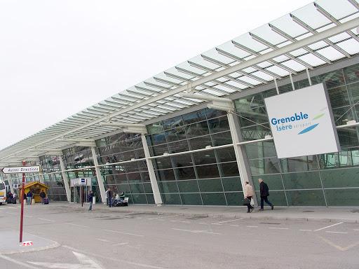 Création d'un méga-centre isérois : la vaccination s'envole à l'aéroport de Saint-Etienne-de-Saint-Geoirs