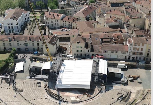 Jazz à Vienne se prépare : le toit de la scène d'ores et déjà en cours d'installation au théâtre antique