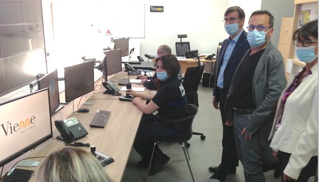 """Elections régionales-Yannick Neuder en visite au centre de vidéo-surveillance de Vienne : """"priorité à la sécurité"""""""