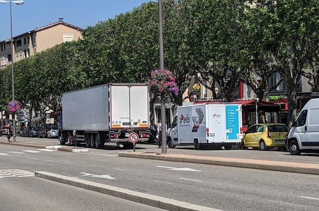 3 000 poids-lourds passent chaque jour place Saint-Louis et 200, cours Brillier : La Ville  prend des mesures